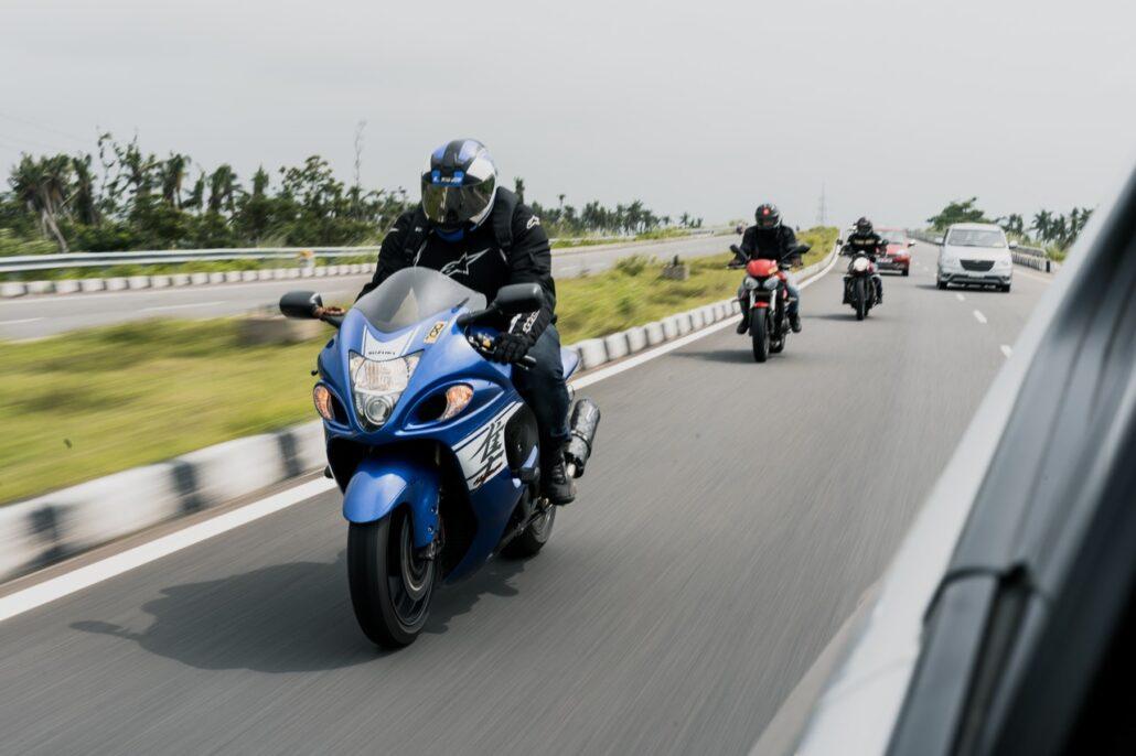 Motorradfahrer auf der Autobahn